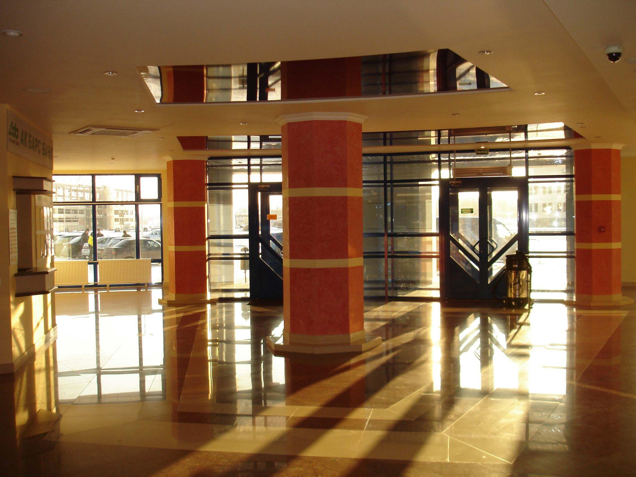 """Фото реализованного интерьера холла картинг-центра """"Форсаж"""""""