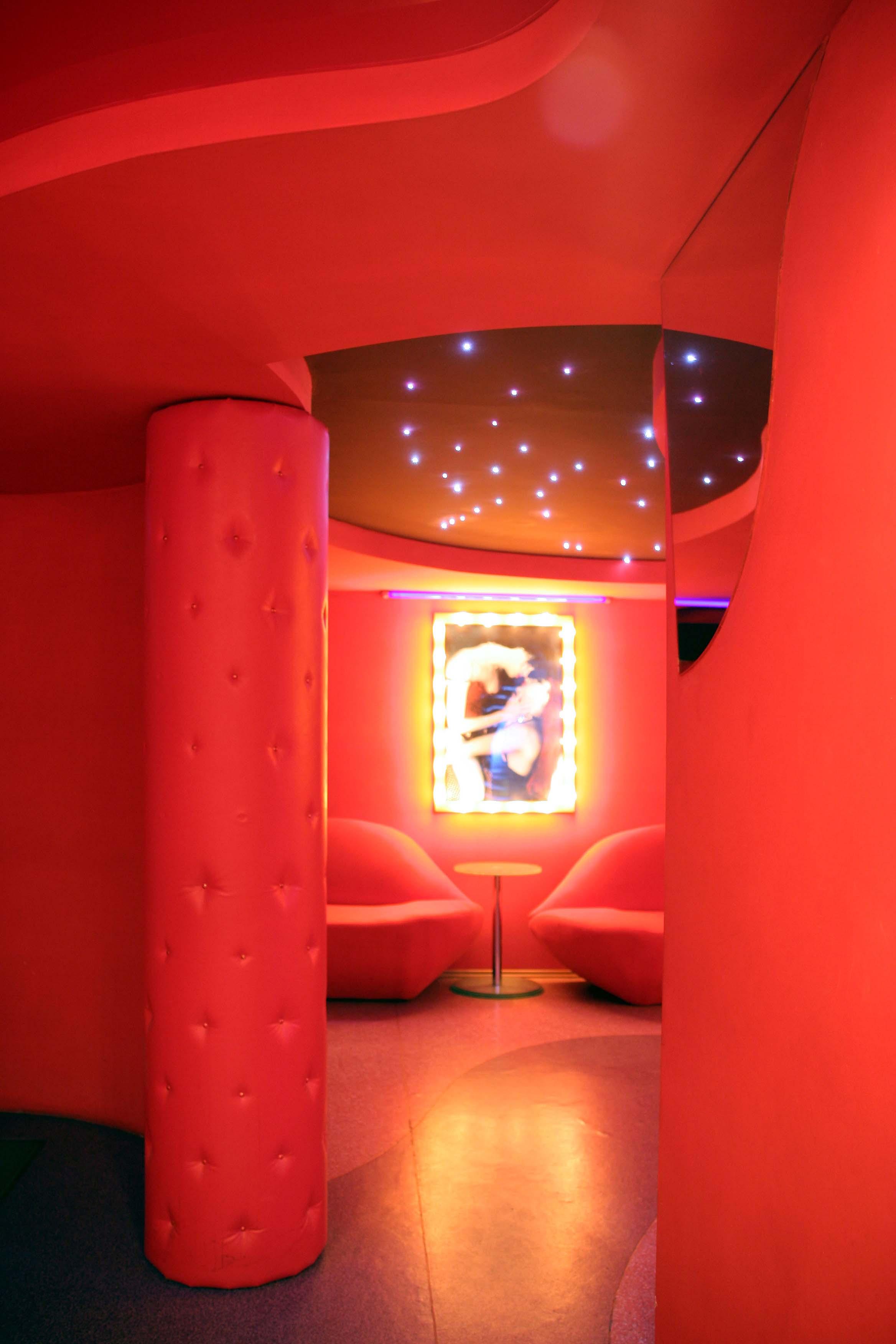 Фото реализованного интерьера входной зоны стрип-бара