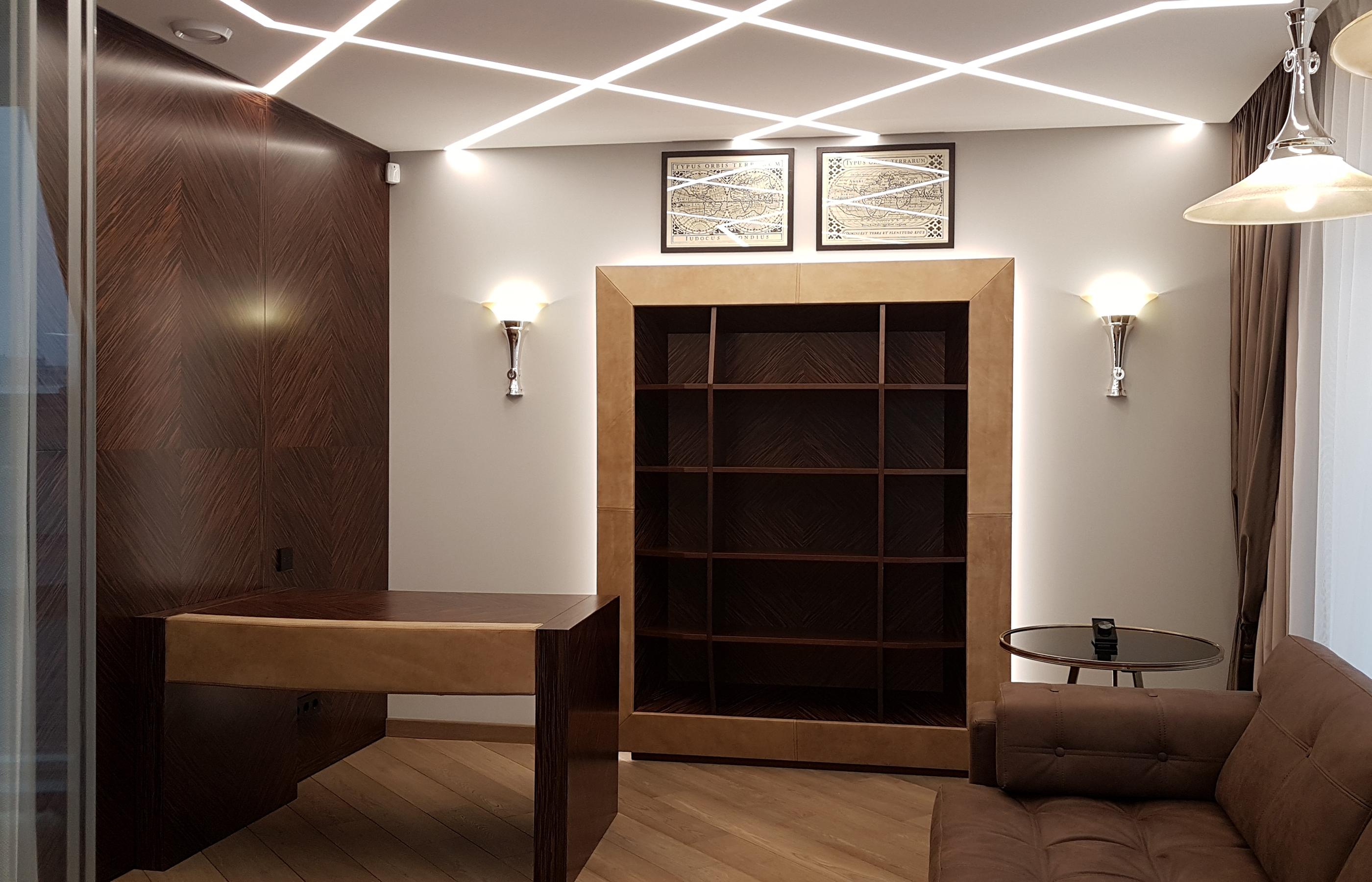 Интерьер рабочего кабинета в шоколадно-табачной цветовой гамме с применение натуральных материалов (дерево и кожа)