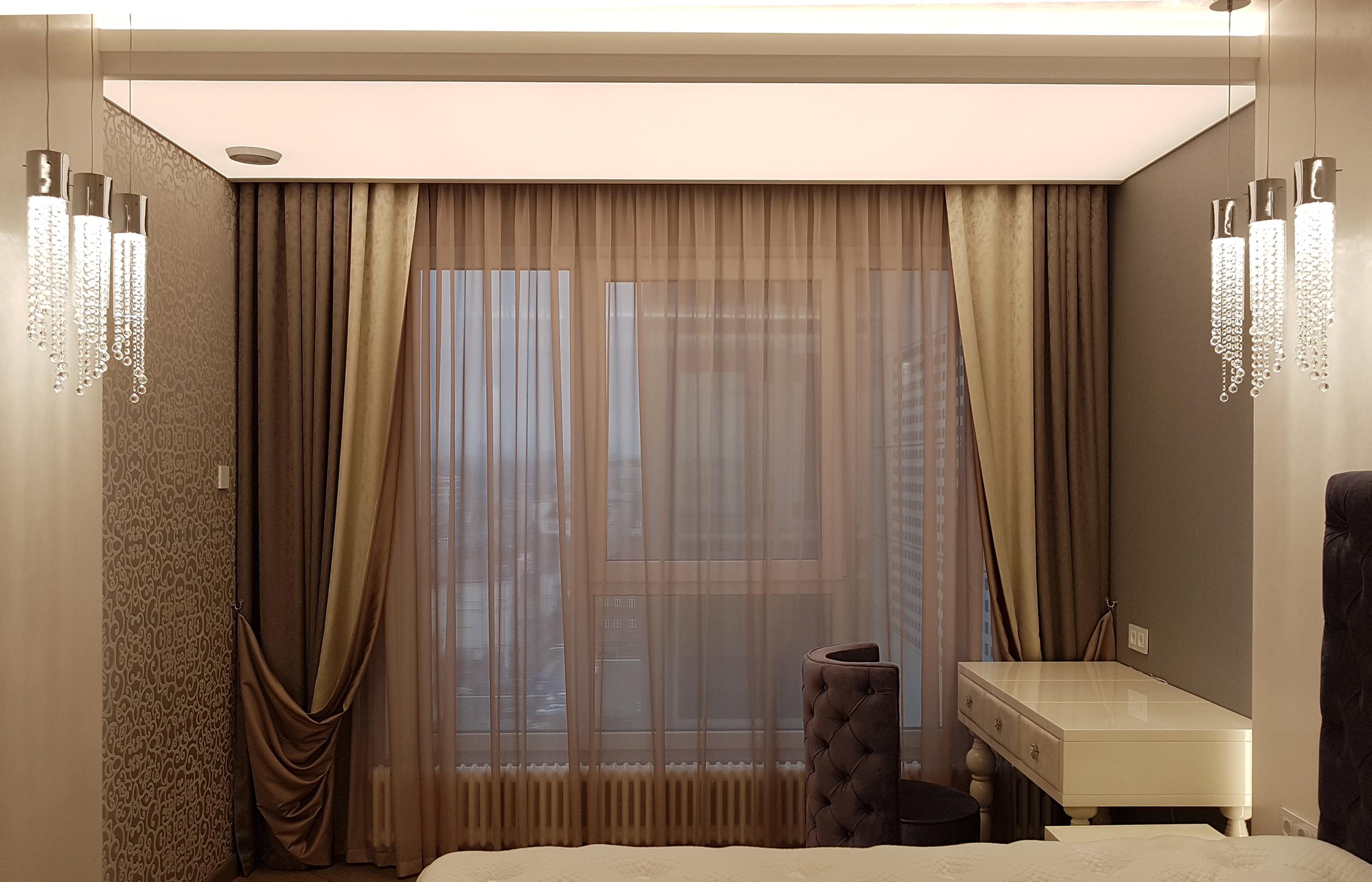 Интерьер спальни со светопропускающим потолком