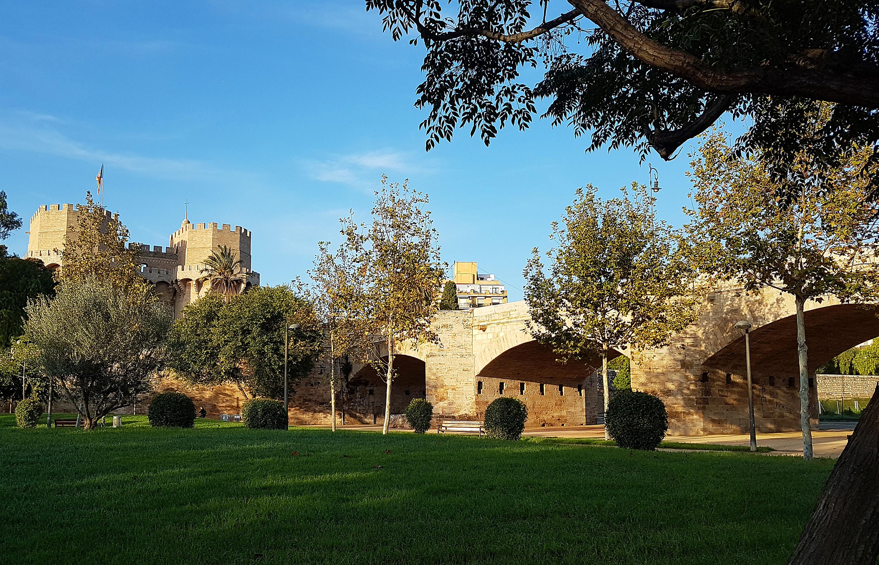 Мост Серранос в Валенсии (Puente de Serranos), перекинутый через реку Турия, был возведен в 1518 году.