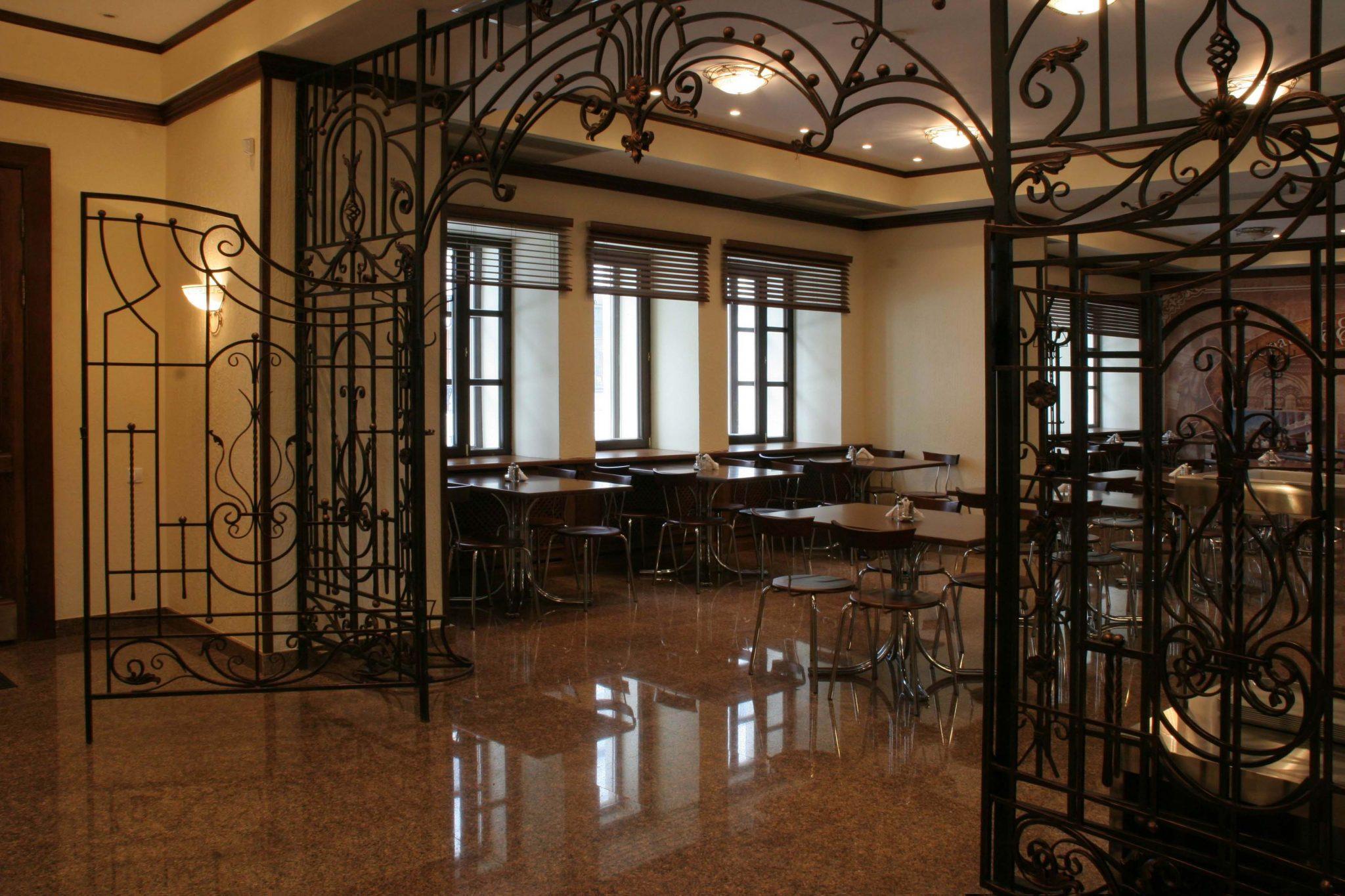 Фото реализованного интерьера зала ресторана