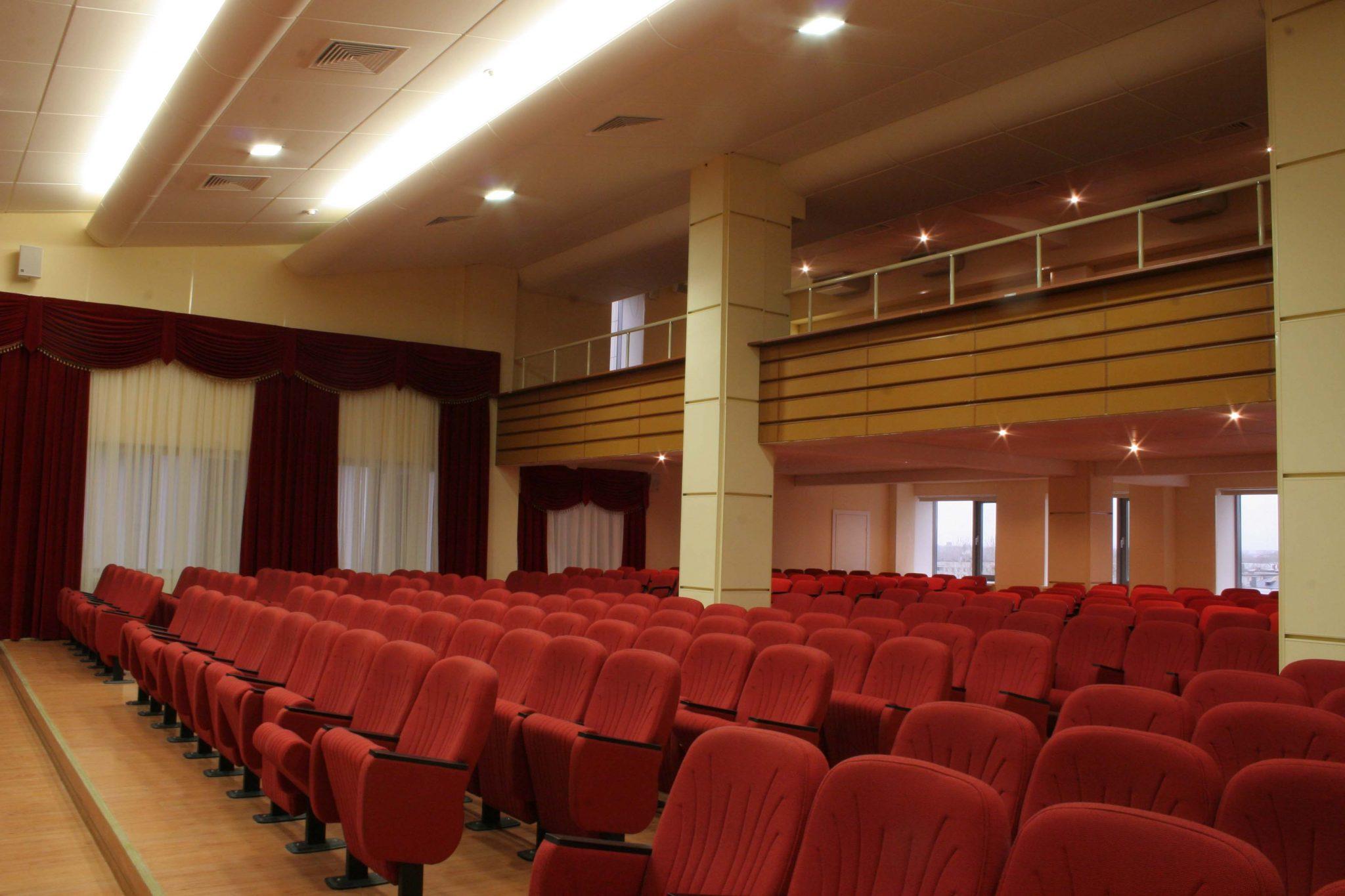 Фото воплощенного интерьера конференц зала