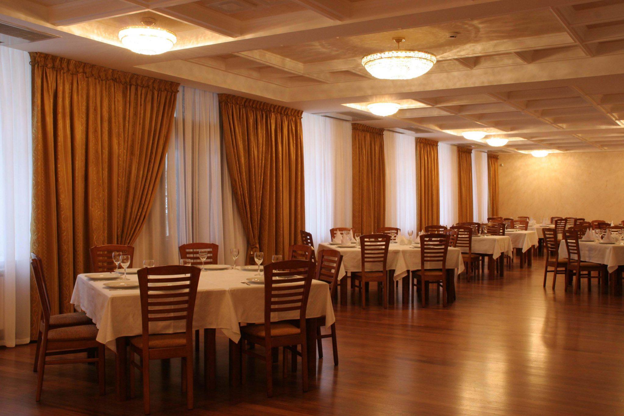 Фото воплощенного интерьера банкетного зала в классическом стиле