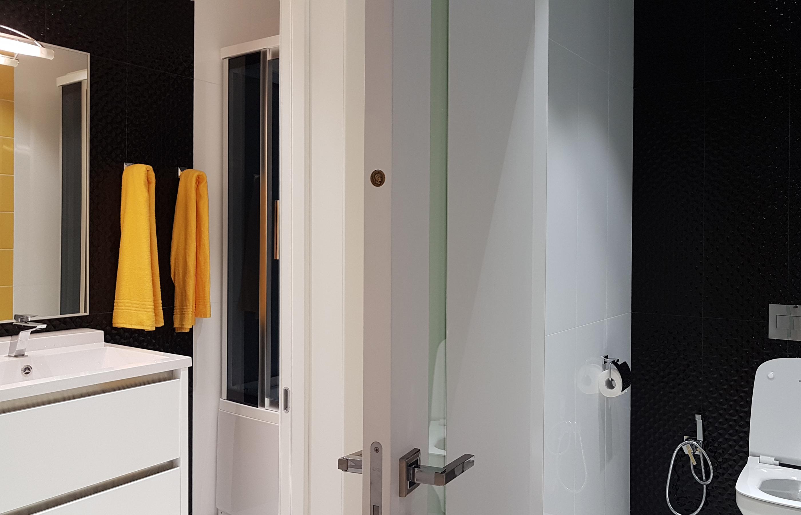 Интерьер ванной комнаты и туалета выполнен в едином дизайне