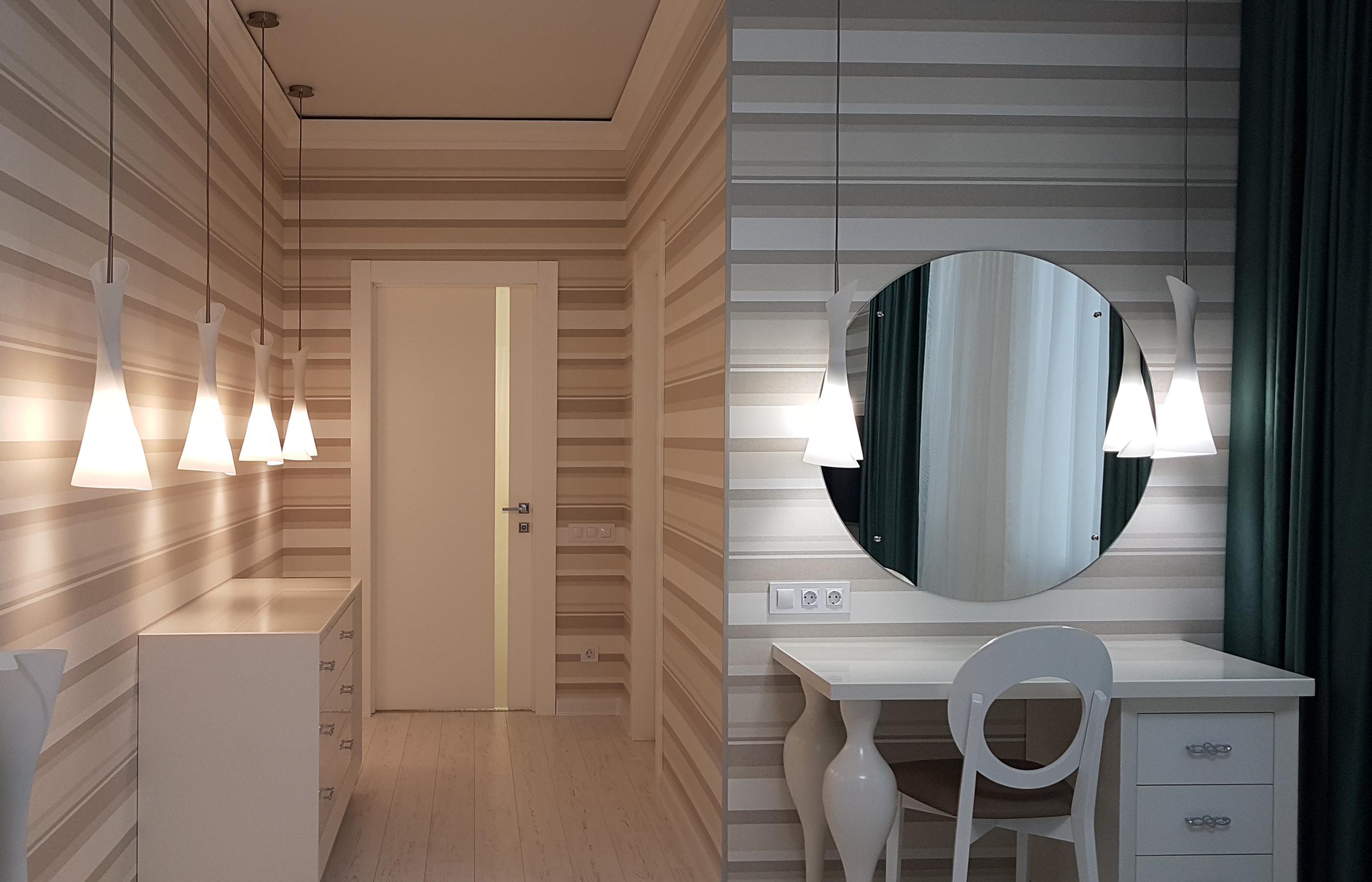 Стены в спальне оклеены полосатыми обоями от бельгийской фабрики Khroma