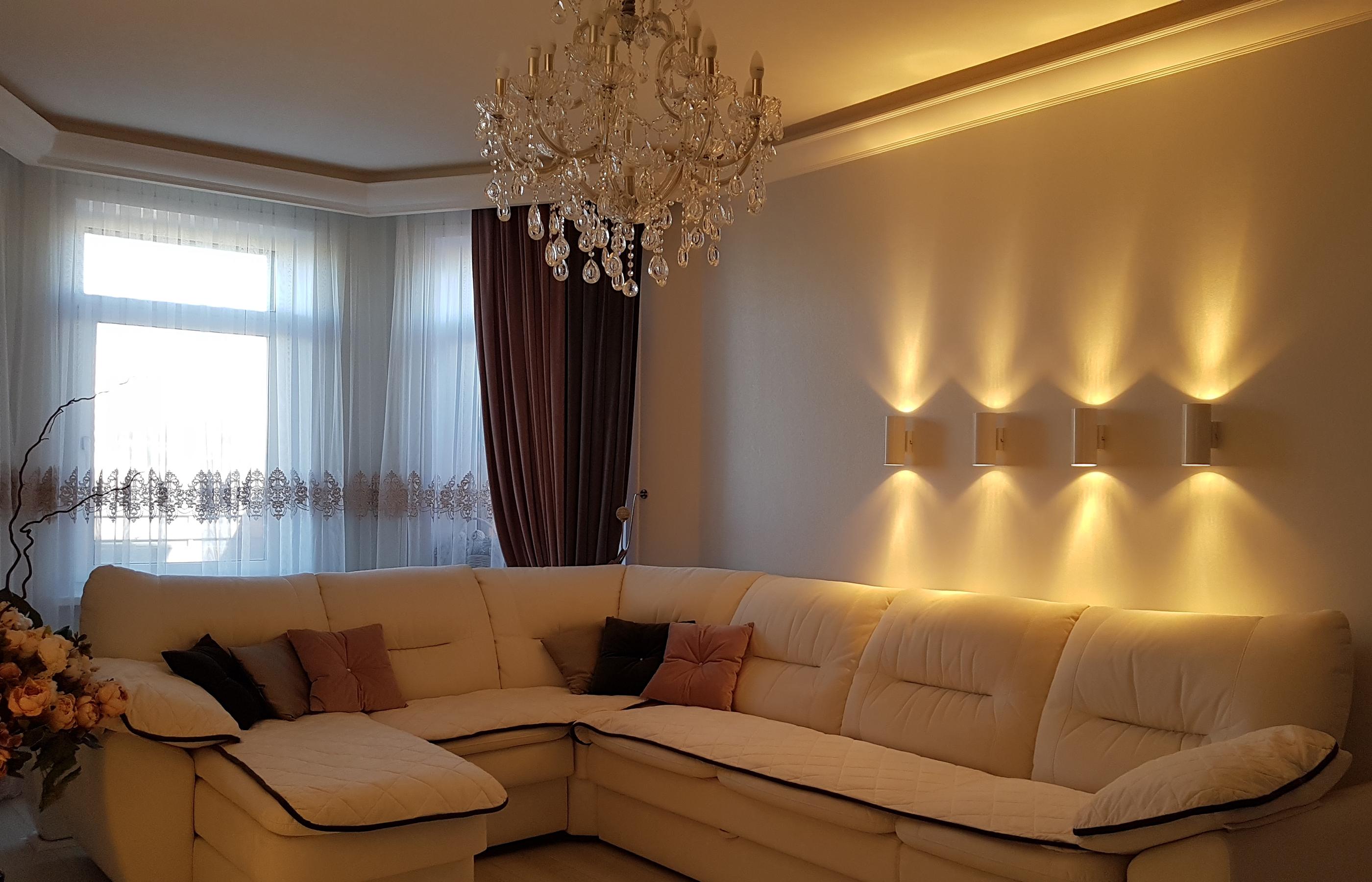 Интерьер гостиной. На этом большом диване с комфортом собирается вся семья