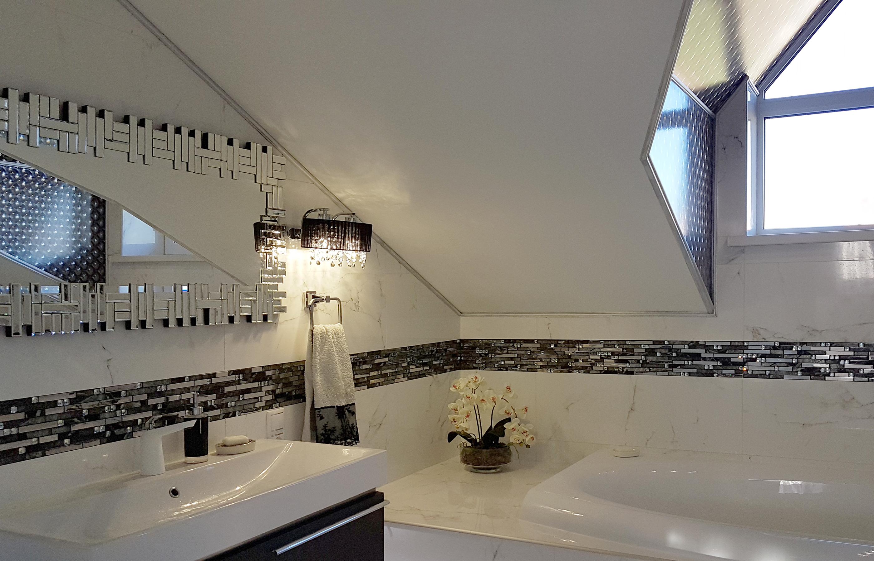 Интерьер ванной комнаты с мансардным потолком