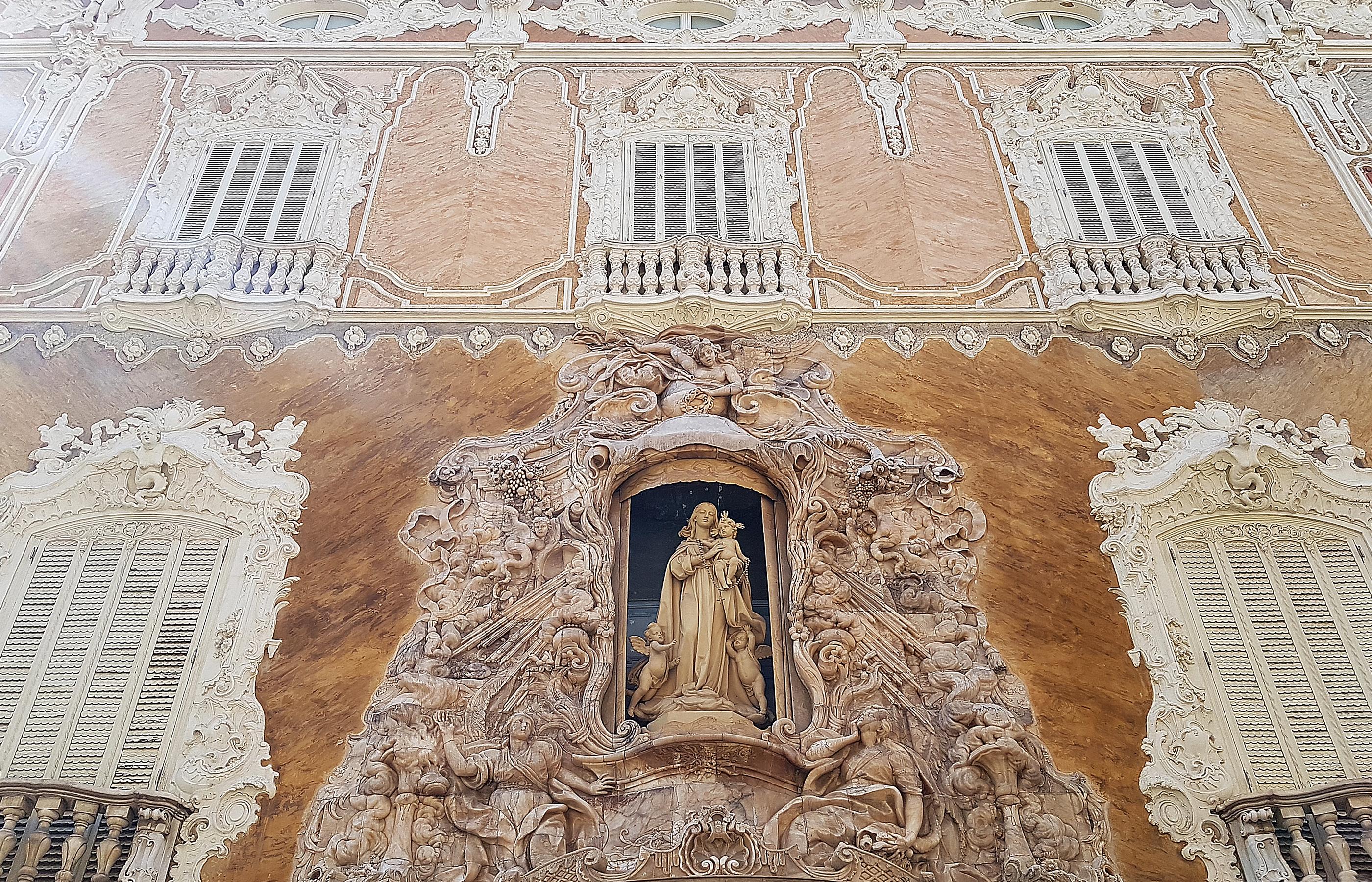 Главный фасад здания украшен великолепным барельефом из алебастра