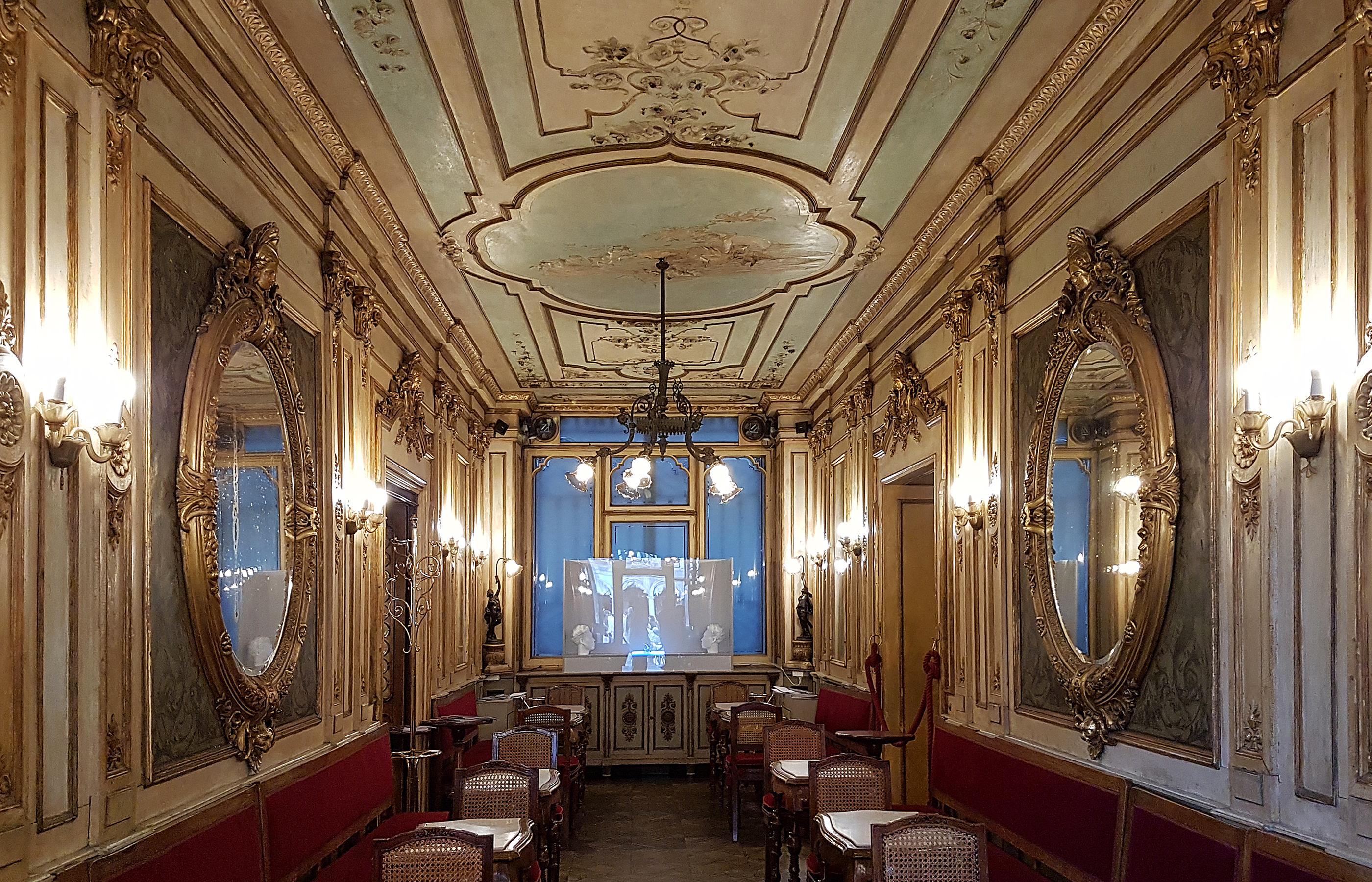 Интерьер кафе Флориан на площади Святого Марка в Венеции