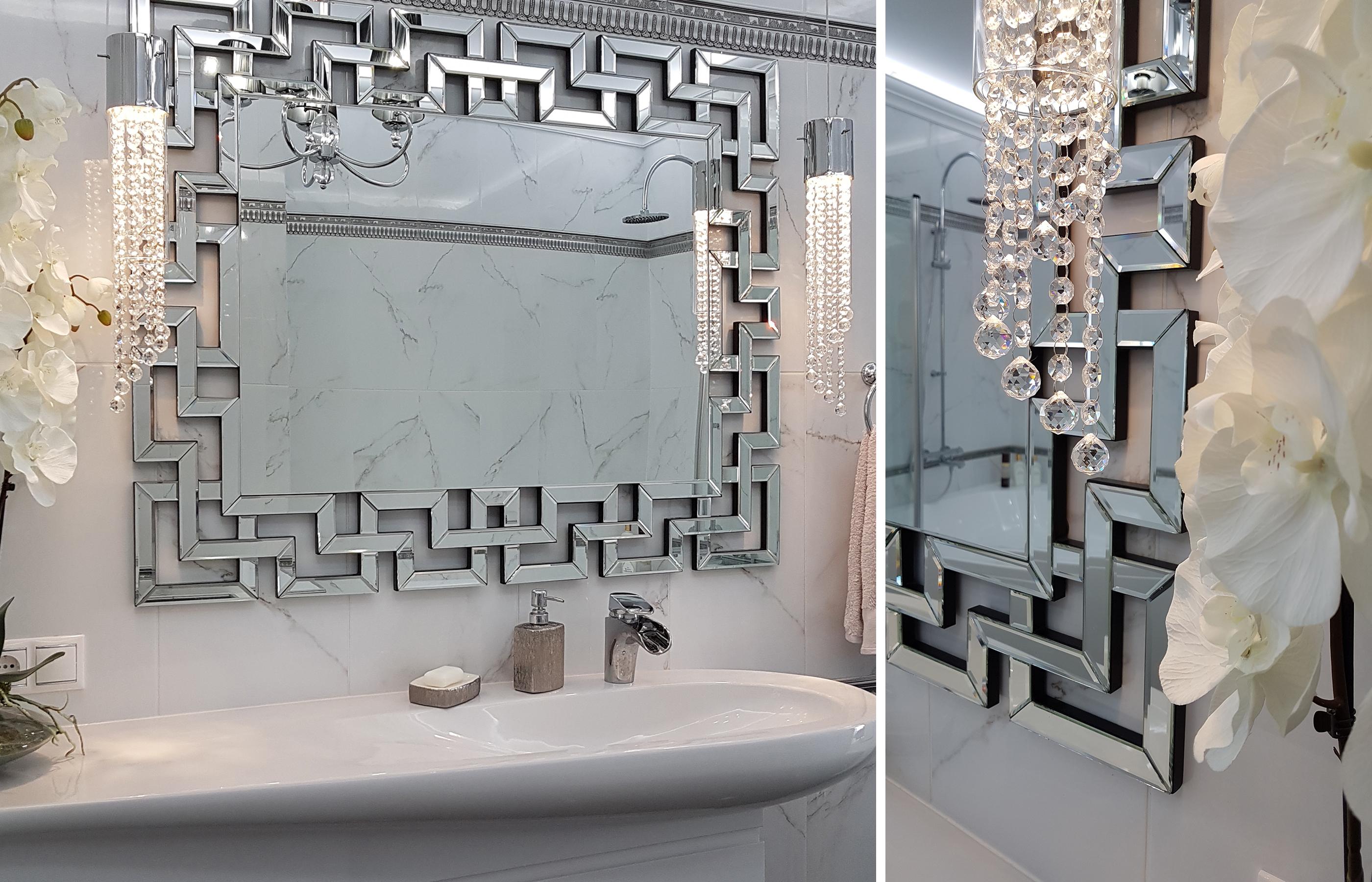 Интерьер ванной комнаты украшен зеркалом, выполненным в венецианской технике