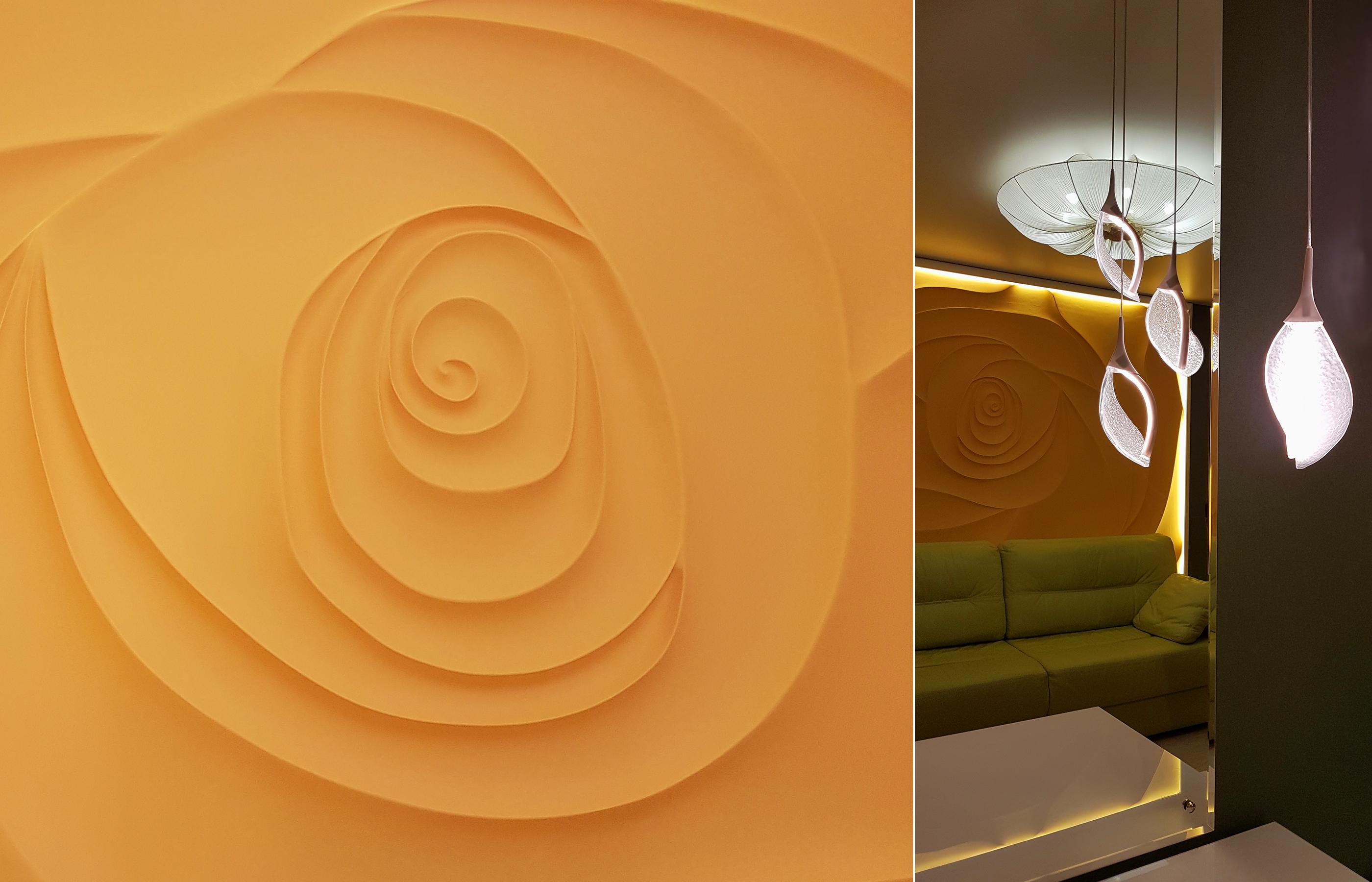 Рельефный гипсовый цветок на стене - главное украшение этого интерьера