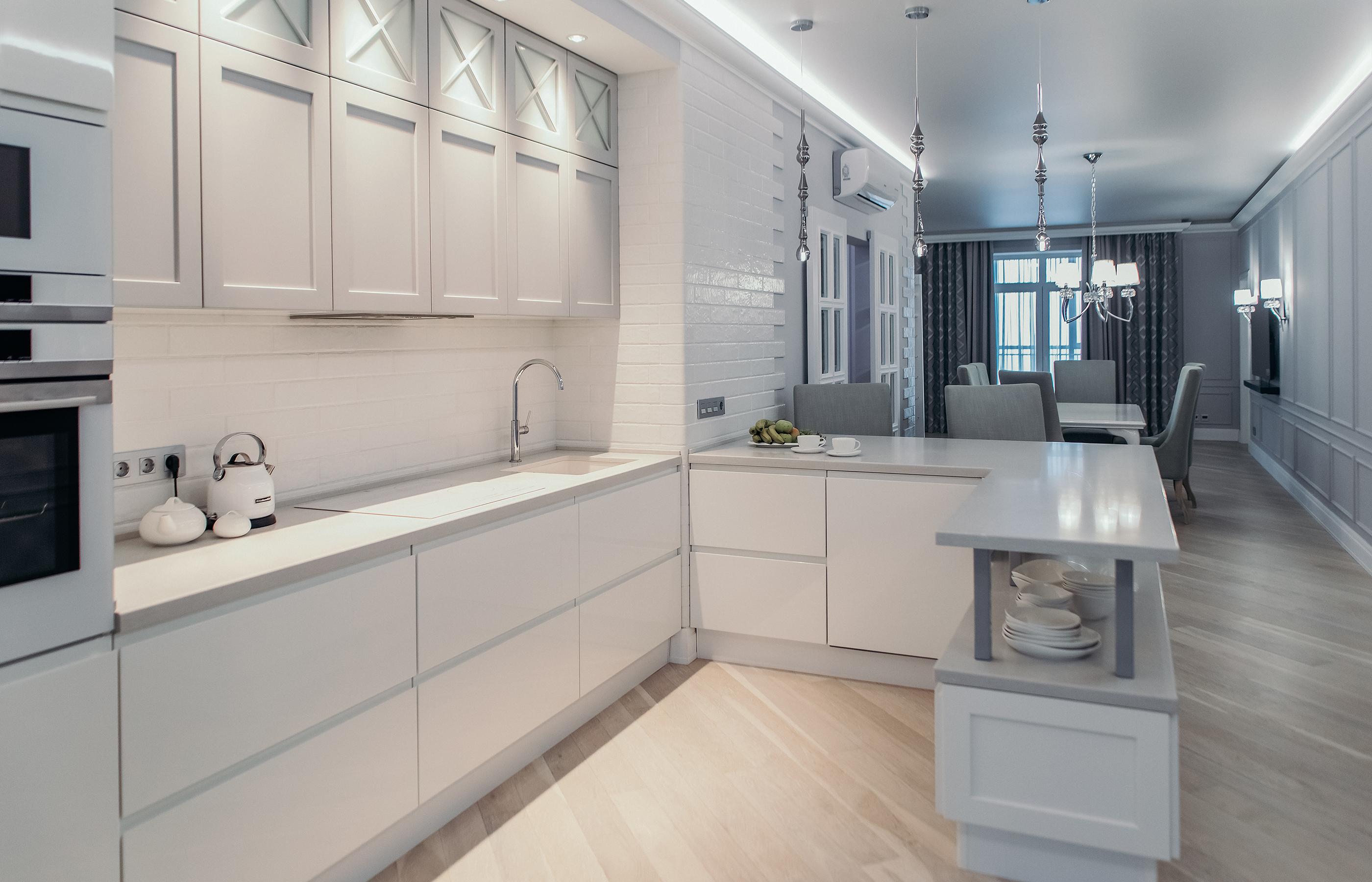 Широкая столешница, удобное и фкнкциональное расположение кухонной техники - неизменный атрибут кухни, выполненой в неоклассическом стиле